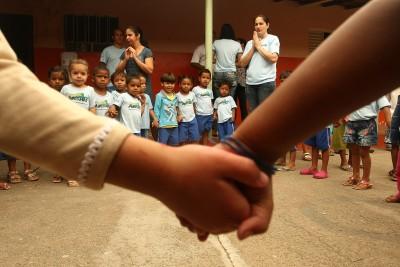 Obras do Fundo Cristão para Crianças em Medina, Vale do Jequitinhonha e visita da madrinha Cris Guerra à seu afilhado Fernando na ASCOMED, visita à área rural conhecendo hortas comunitárias e individuais e o início do programa Amigos da Água. 06/10/2010. FOTO ÉLCIO PARAÍSO/BENDITA