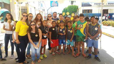 Crianças da SOAF ao lado dos profissionais da Assistência Social realizando PANFLETAGEM