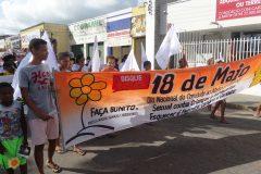 JOVENS E CRIANÇAS PARTICIPANDO DA CAMINHADA DE PROTESTO 18 MAIO
